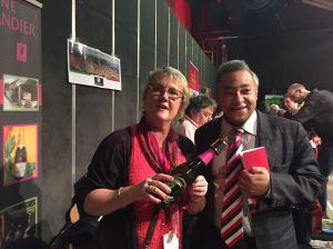Notre éditeur et Marie-Hélène WARIS-LARMANDIER avec une superbe bouteille de la maison